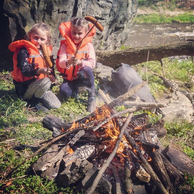 The season of camp fires begins! 🔥🌭Keep it safe, keep it near the banks;) #inwaterwelive #nearwaterwelive . . . . #campfire #family #canoe #camping