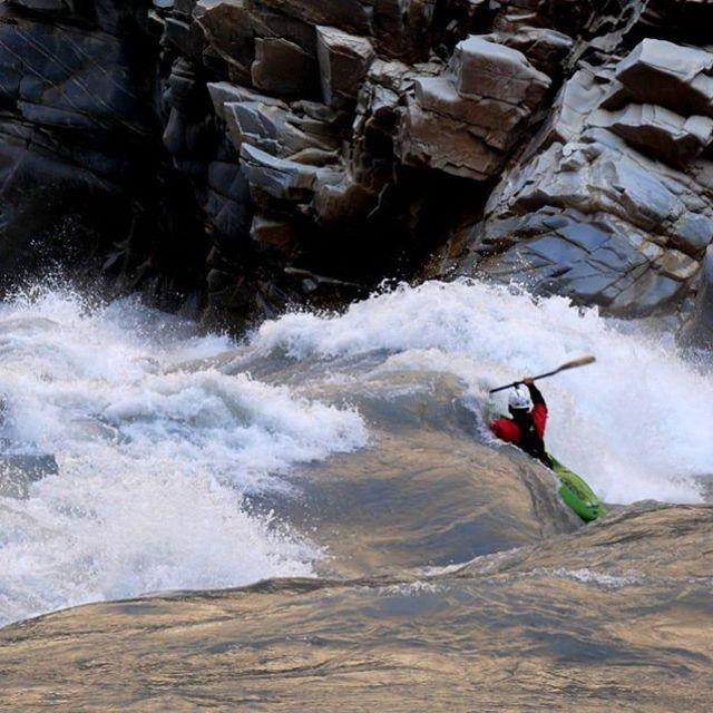 Dag Sandvik vs Indus ⚔️ 📸 @zet_kayaks . . . . . #inwaterwelive #weareoutthere #headtohead #indusriver #kayaking #pakistan #whitewaterkayaking