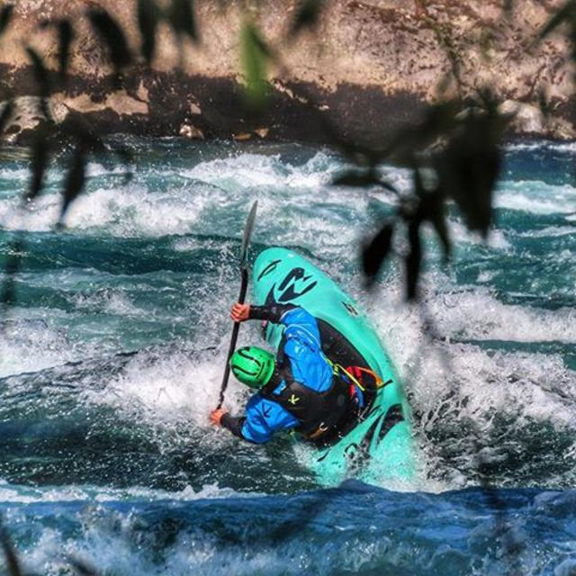 Momo is launch ready on Futa🚀 #inwaterwelive . 📸 @vaidal . . . #futaleufu #turquoiseparadise #whitewaterkayaking  #whitewater #greenwater #chile🇨🇱