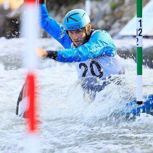 Líbí se vám spojení slalomu a sjezdu na mistrovství světa? 👇 Klikněte na link v biu a přečtěte si názor Lukáše Rohana na spojení těchto dvou disciplín na světovém šampionátu. . . . . . . . 📷@martin_hladik for @czechcanoe #inwaterwelive #weareoutthere #worldchampionship #canoeslalom #wildwater #planetcanoe