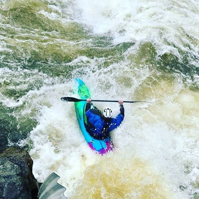 Getting tubed just gained its literal meaning 🐚🏄♂️ 📸 @noahmetzler . . . . . #gettingbarreled #gettingpitted #inwaterwelive #weareoutthere #hikoteam #hiko #whitewaterkayaking #idaho #paddling